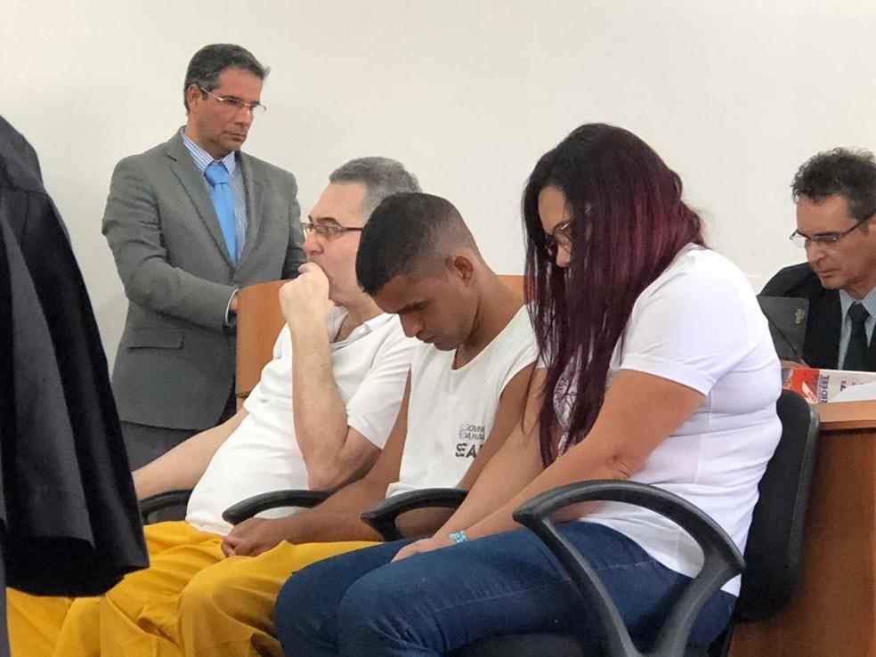 Alleff Sampaio dos Santos (centro) também seria julgado nesta segunda-feira por morte de casal em casamento, mas teve o júri adiado por não apresentar advogado — Foto: Artur Lira/G1