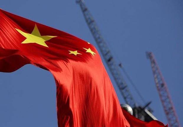 Bandeira da China tremula em área que passa por construção ; PIB da China ; desenvolvimento chinês ; economia chinesa ; economia da China ;  (Foto: Kim Kyung-Hoon/Reuters)