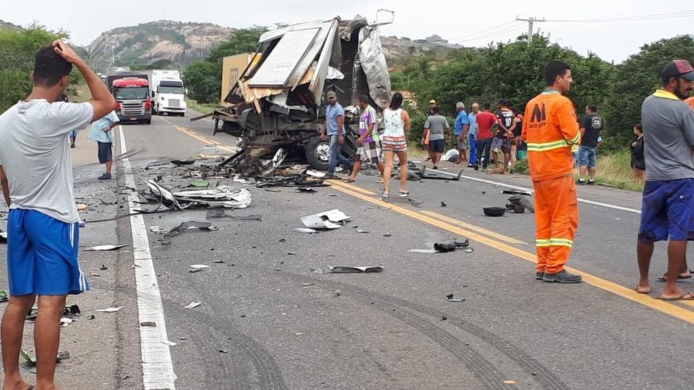 De acordo com a ViaBahia, o acidente aconteceu por volta das 9h, na altura do km 523, quando o caminhão da banda bateu de frente com outro veículo do mesmo porte. — Foto: Carlos Quintino / Blog A Voz é Aqui
