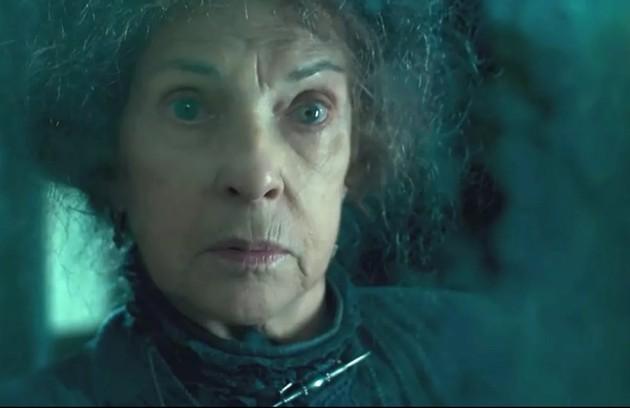 A guardiã do casarão (Suzana Faini) surgirá no passado como Albertina, mãe de Eugênio (Felipe Camargo) e, portanto, avó de Julia (Vitória Strada) (Foto: TV Globo)