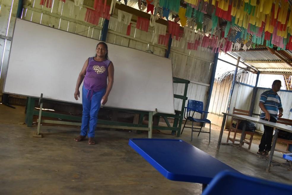 Professora Tarcilda da Cruz Lopes e mais um único professor ensinam alunos da comunidade em todas as séries do ensino fundamental, em São Gabriel da Cachoeira (AM). — Foto: Lana Torres/G1