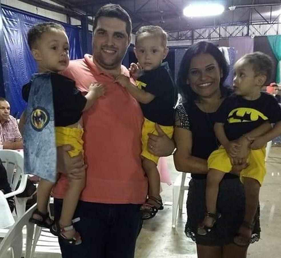 Douglas, o tio, acompanhado da esposa e dos sobrinhos trigêmeos  — Foto: Arquivo Pessoal