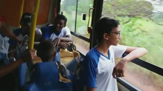 Crianças e adolescentes se arriscam em córrego para pegar ônibus escolar