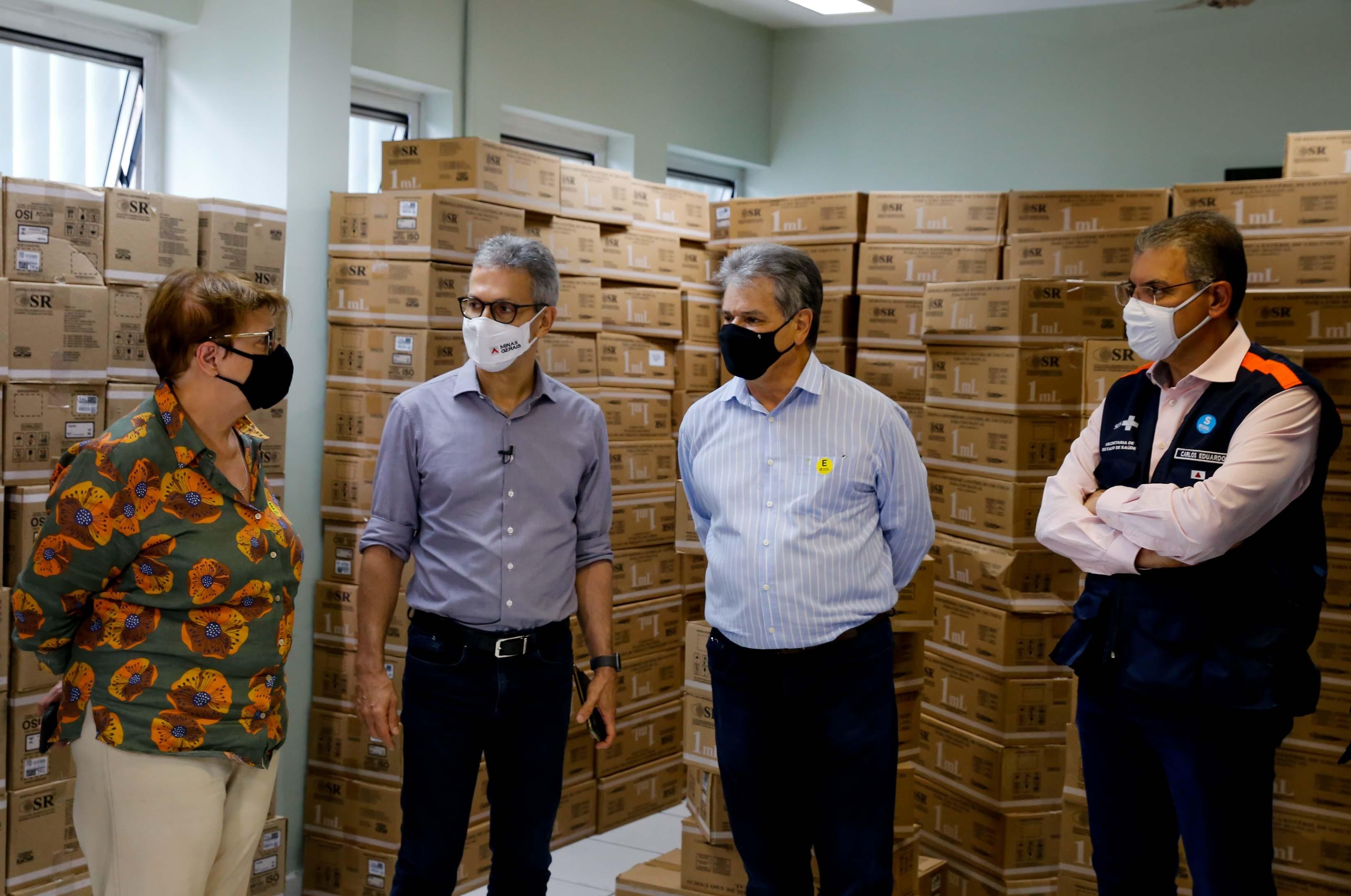 Zema acompanha distribuição de seringas para vacinação da Covid-19 em Juiz de Fora
