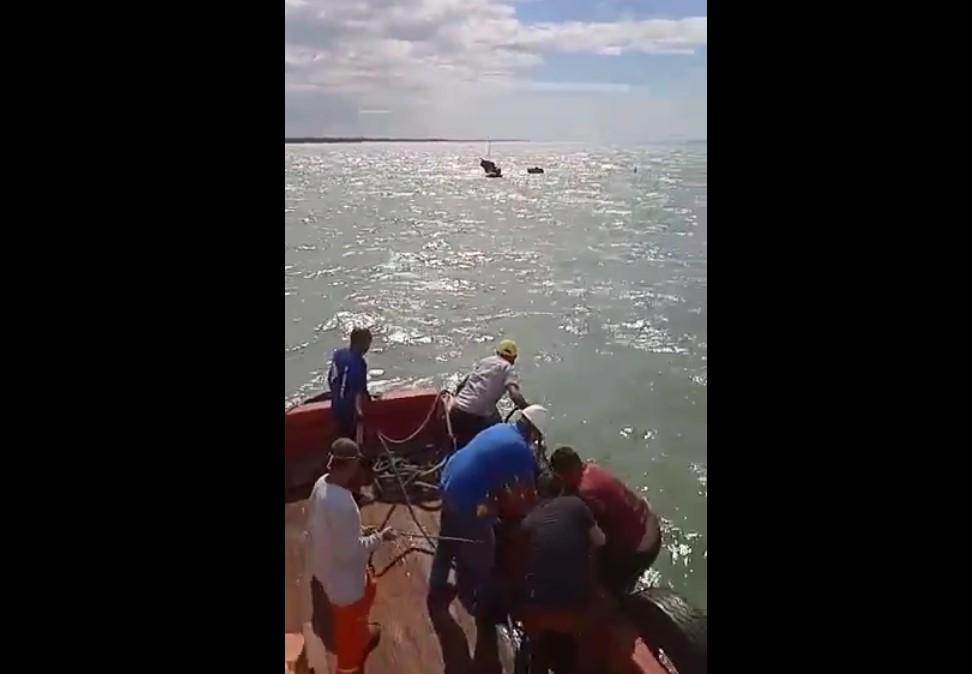Vídeo mostra resgate de pescadores após naufrágio a 2 km da costa potiguar
