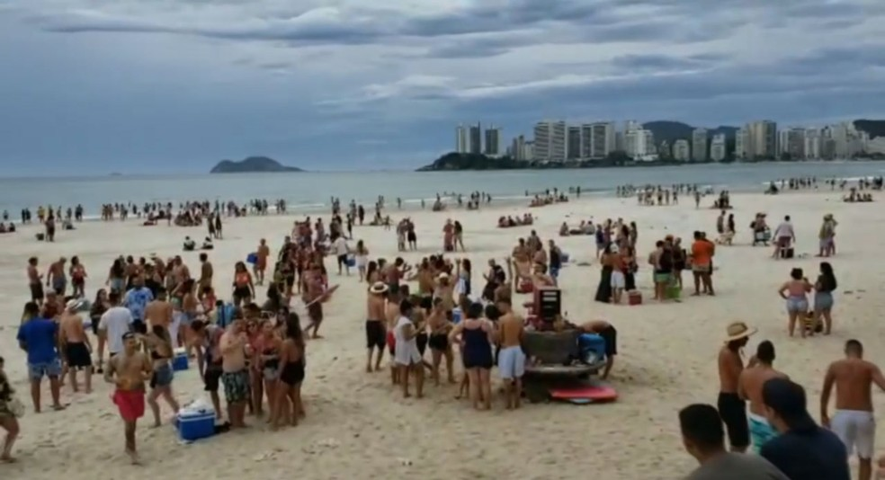 Praias em Guarujá, SP, ficaram cheias após banhistas invadirem  — Foto: Renan Delpra/ Arquivo Pessoal