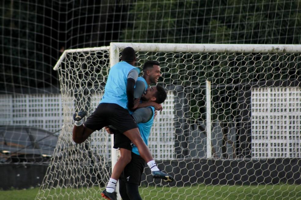 Wallyson é abraçado por Rafael após gol em rachão do ABC — Foto: Divulgação/ABC