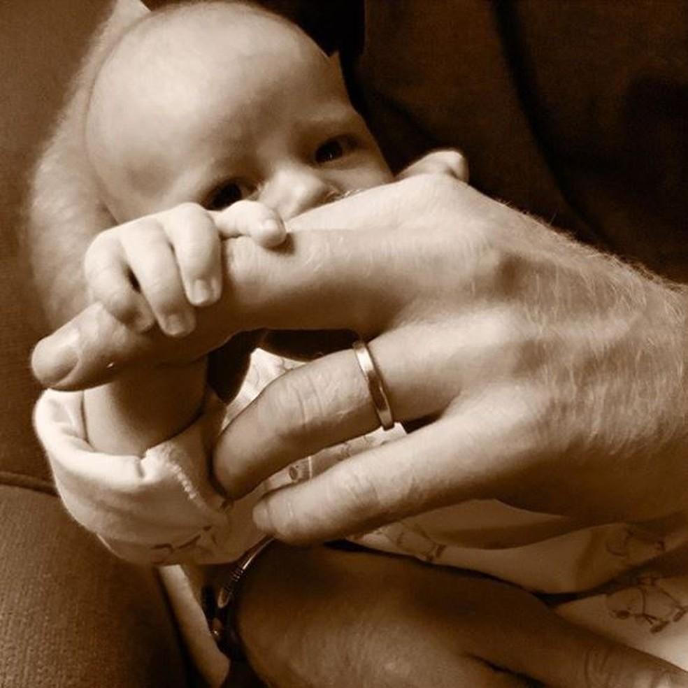 Perfil oficial do príncipe Harry e da duquesa Meghan em uma rede social publicou nova foto do bebê Archie para comemorar o Dia dos Pais — Foto: Reprodução/Instagram
