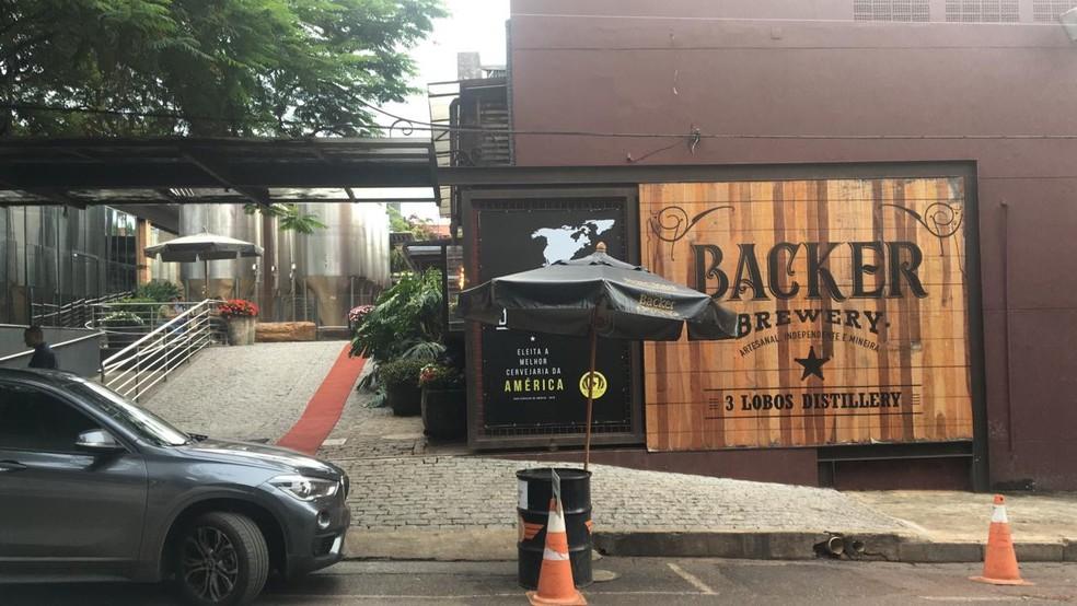 Técnicos do Ministério da Agricultura fecharam a fábrica da Backer nesta sexta-feira (10) — Foto: Lucas Ragazzi/TV Globo