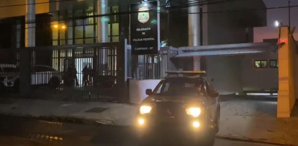 Agentes da PF de Campinas (SP) cumprem mandados de busca e apreensão em Paulínia (SP) e no Rio de Janeiro (RJ) em investigação de esquema de fraude tributária no comércio de combustíveis — Foto: Polícia Federal