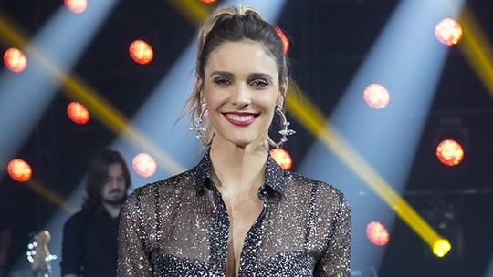 Fernanda Lima aposta em minissaia e blusa lurex no 'PopStar'