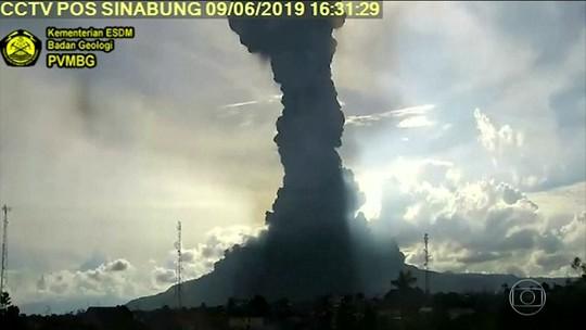 Vulcão Sinabung entra em erupção na Indonésia