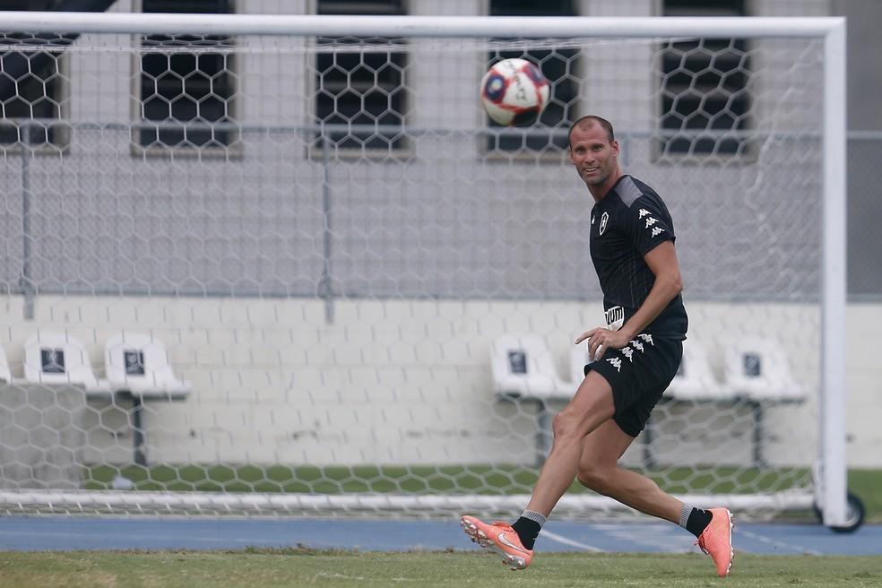 Após melhorar parte física, Carli aguarda chance com Chamusca — Foto: Vitor Silva/Botafogo