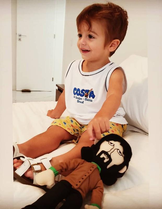 Rocco, o filho de Rafa Brites e Felipe Andreoli, com seu boneco do Beatle George Harrison (Foto: Reprodução Instagram)