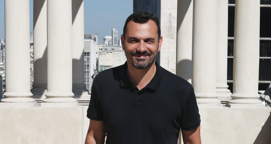 Casa nova : Alê Youssef na sacada de seu gabinete na Secretaria Municipal de Cultura de São Paulo (Foto: Frâncio de Holanda)