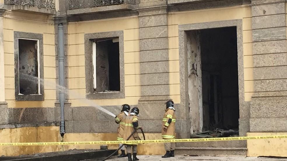 Novos desabamentos acontecem na área interna do prédio do Museu Nacional (Foto: Fernanda Rouvenat / G1)