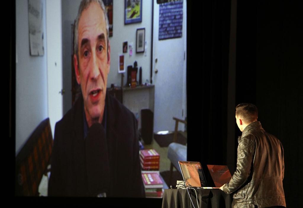 Luke Robert Mason conversa, por videoconferência, com Douglas Rushkoff durante o SXSW 2019 (Foto: Mike Jordan/Getty Images for SXSW)
