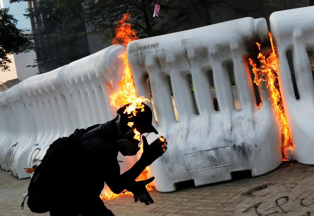 Manifestante pró-democracia pega fogo após lançar coquetel molotov durante uma manifestação perto do Complexo Central do Governo em Hong Kong, neste domingo (15)  — Foto: Tyrone Siu/ Reuters