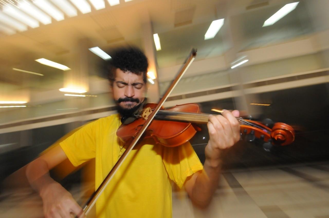 Há seis anos, violinista de BH faz 'centenas' de apresentações em hospitais e ambientes públicos