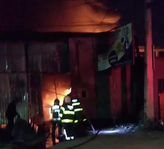 Incêndio atinge galpão que armazenava produtos para fabricação de pneus; veja vídeo