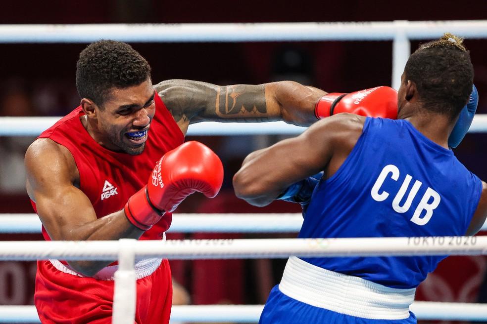 Abner Teixeira acerta golpe em Julio La Cruz na semifinal: ele é bronze no boxe nas Olimpíadas de Tóquio — Foto: Wander Roberto/COB