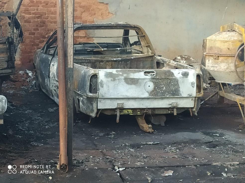 Veículos da prefeitura foram danificados pelo incêndio em Palmital — Foto: Corpo de Bombeiros/Divulgação