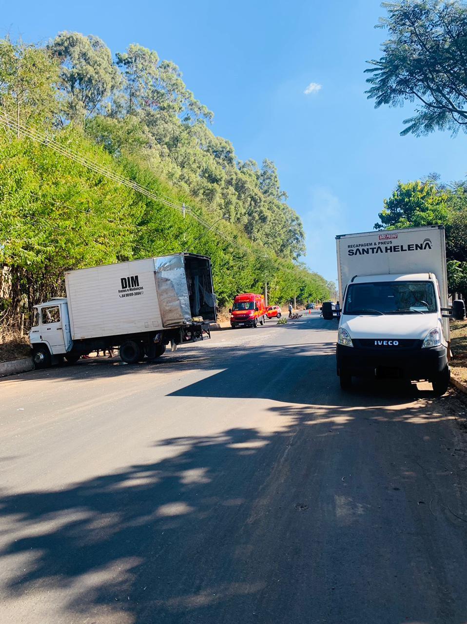 Avenida em Araguari fica interditada após caminhões se esbarrarem durante ultrapassagem e colidirem em outros dois estacionados