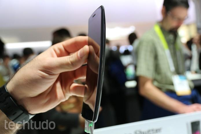 O LG G Flex 2 tem uma boa pegada na mão do usuário (Foto: Isadora Díaz/TechTudo)