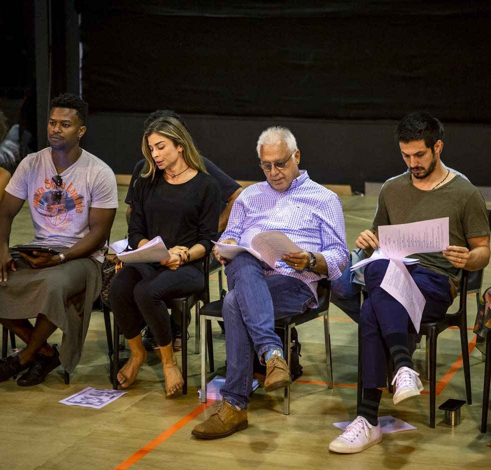 David Junior, Grazi Massafera, Antonio Fagundes e Romulo Estrela reunidos na preparação de elenco de 'Bom Sucesso' — Foto: Fabiano Battaglin/GShow