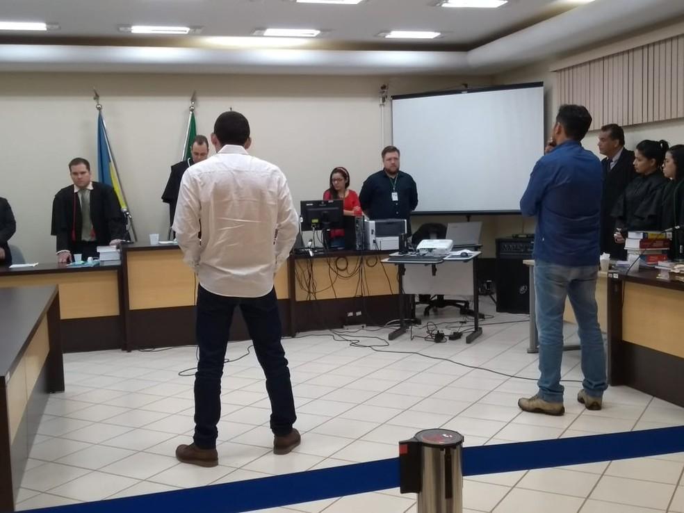 Diego de Sá (de camisa social branca) e Ismael José da Silva (de camisa social azul) foram condenados.  — Foto: Eliete Marques/G1/Arquivo