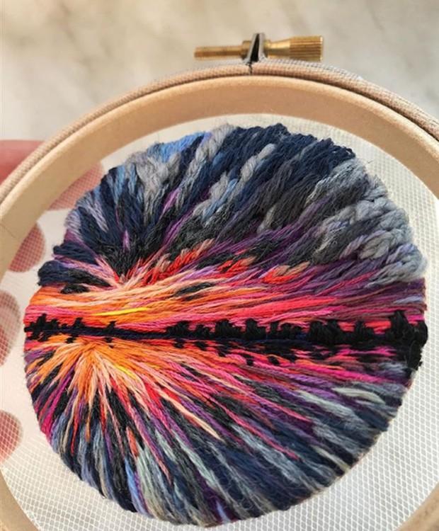 Fio a fio, a artista borda as paisagens dentro do aro (Foto: Instagram/ Reprodução)
