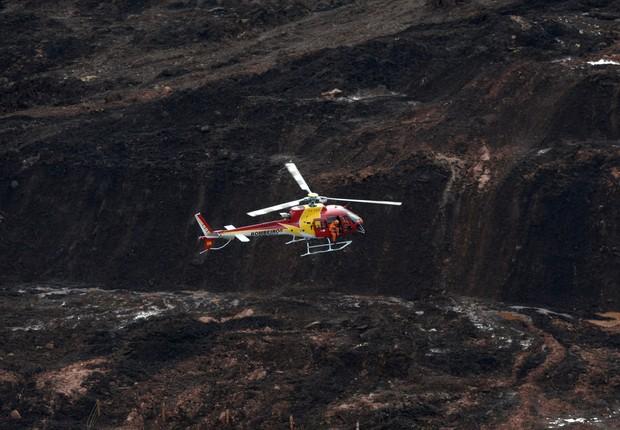 Helicóptero sobrevoa barragem da Vale que rompeu em Brumadinho, Minas Gerais (Foto: REUTERS/Washington Alves)