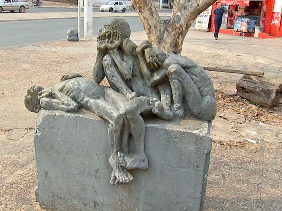 Escultura foi criada em memória aos três adolescentes mortos na 'Chacina do Beco do Candeeiro', em Cuiabá. (Foto: Reprodução/ TVCA)