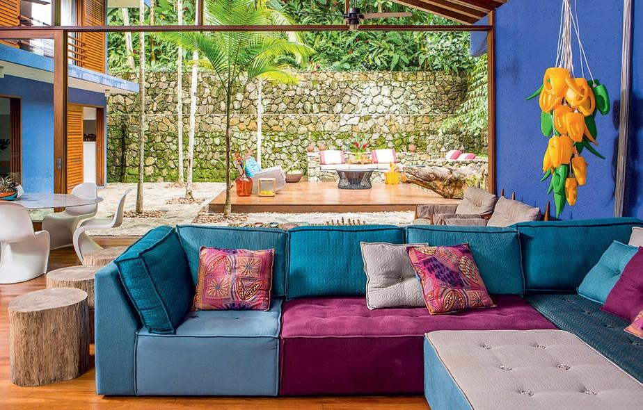 Reformada pela arquiteta Fabiana Avanzi, a casa em Camburi, litoral norte de São Paulo, tem living divertido e colorido. Repare na escultura feita com regadores de plástico. Chamada de Candella 2, é do artista escocês David Batchelor