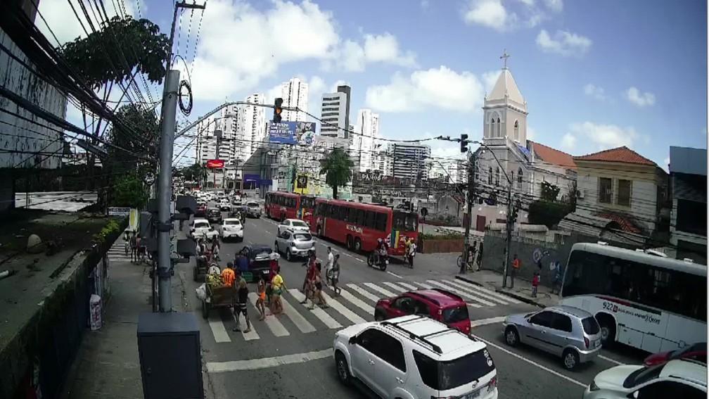 No Pina, Zona Sul do Recife, trânsito de veículos e pessoas ficou intenso devido ao feriado da Independência — Foto: Reprodução/TV Globo