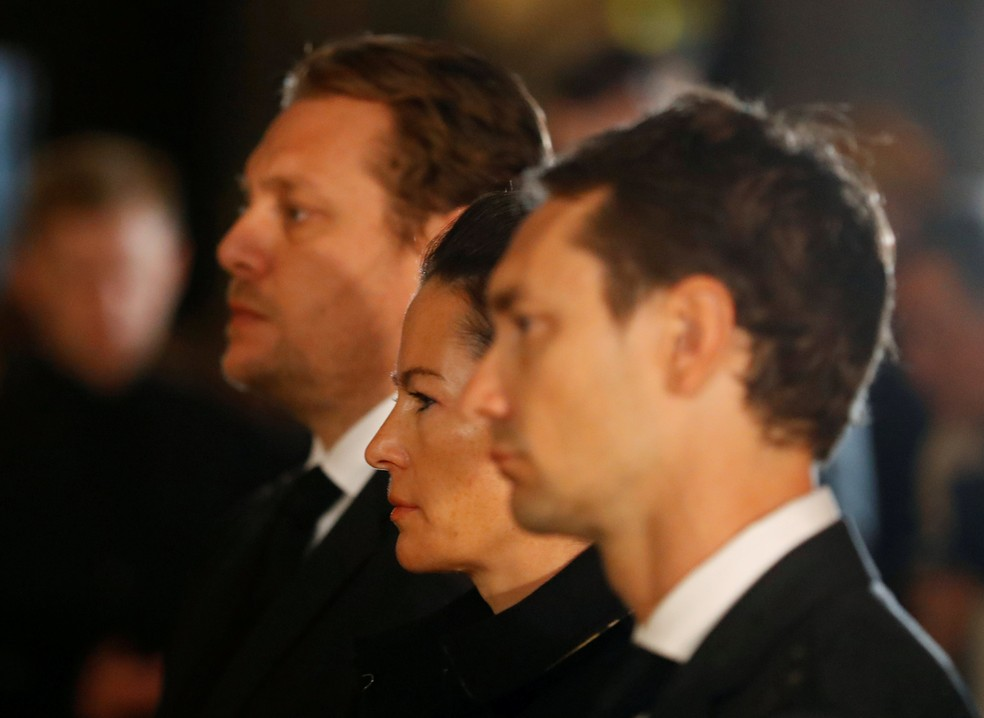 Viúva de Lauda, Birgit ficou entre os filhos mais velhos de Niki, Lukas e Mathias — Foto: Reuters