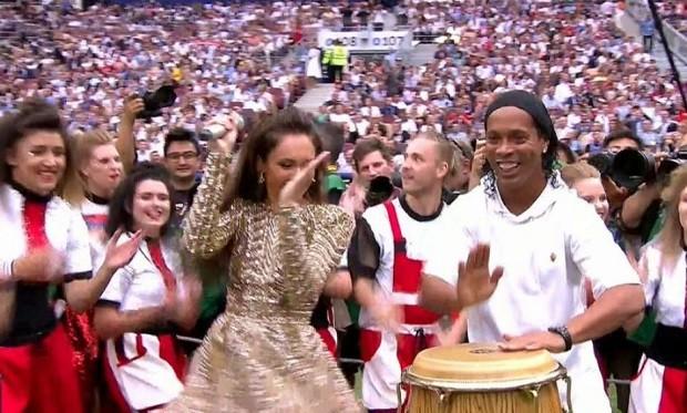 Ronaldinho Gaúcho assumiu a percussão na abertura da final da Copa do Mundo (Foto: Reprodução)