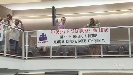 Servidores protestam contra projetos do prefeito na Câmara de Santos, SP