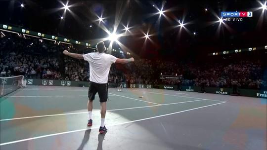 Em duelo emocionante, Krajinovic bate Isner e vai à final contra Sock em Paris