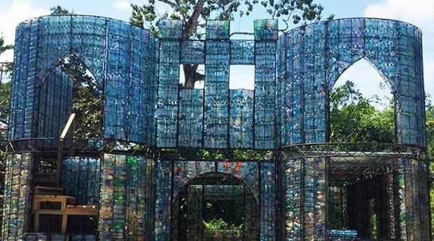O castelo de garrafas tem quatro andares e levou dois anos para ficar pronto. (Foto: Divulgação)