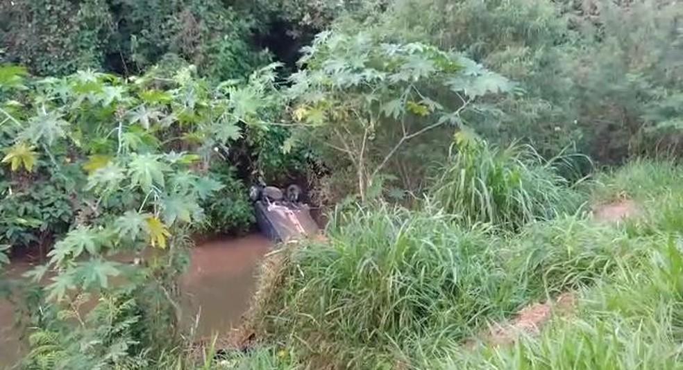Carro caiu em córrego de Itapetininga (SP) — Foto: Fábio Barbosa/TV TEM