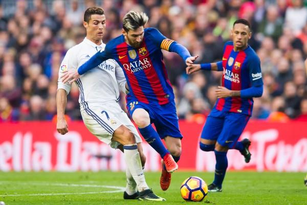 Cristiano Ronaldo quando ainda jogava no Real Madrid em disputa de bola com Messi, quando o jogador argentino ainda tinha a companhia de Neymar no Barcelon (Foto: Getty Images)