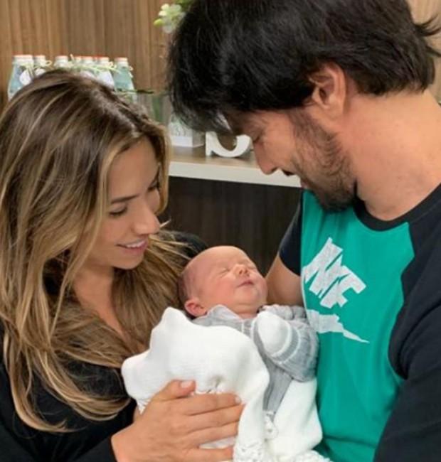 Fábio Faria e Patrícia Abravanel apresentam o filho (Foto: Reprodução Instagram)