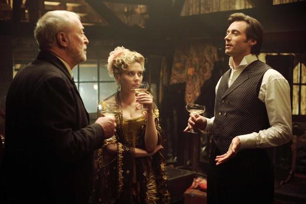 Michael Caine com Scarlett Johansson e Hugh Jackman em cena de O Grande Truque (2006) (Foto: Reprodução)