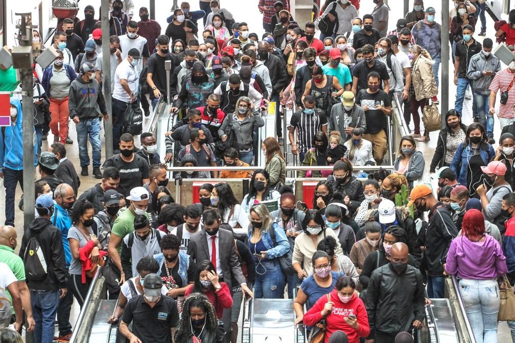 Movimentação de passageiros na Estação da Luz de Metrô e CPTM, no centro da capital paulista, em imagem de 21 de abril de 2021. — Foto: BRUNO ESCOLASTICO/PHOTOPRESS/ESTADÃO CONTEÚDO