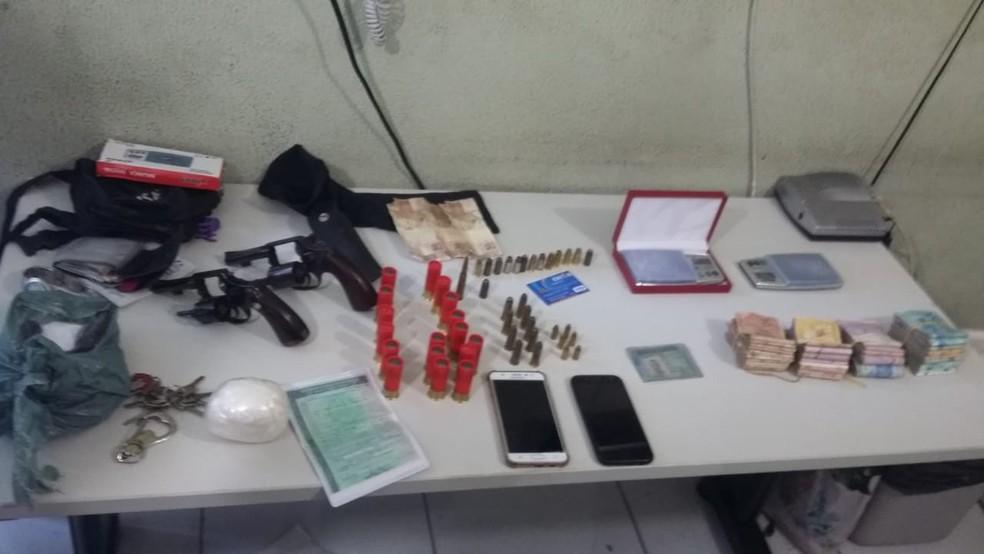 Armas, munições, drogas e dinheiro estavam escondidos no painel do carro (Foto: Divulgação/Polícia Civil)