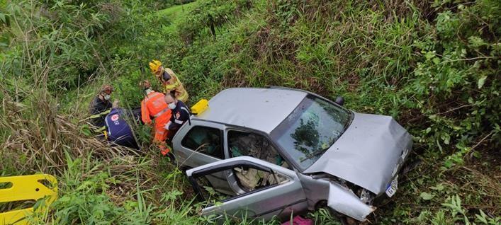 Motorista fica ferido após carro cair em ribanceira na Serra de Pirapanema, em Muriaé