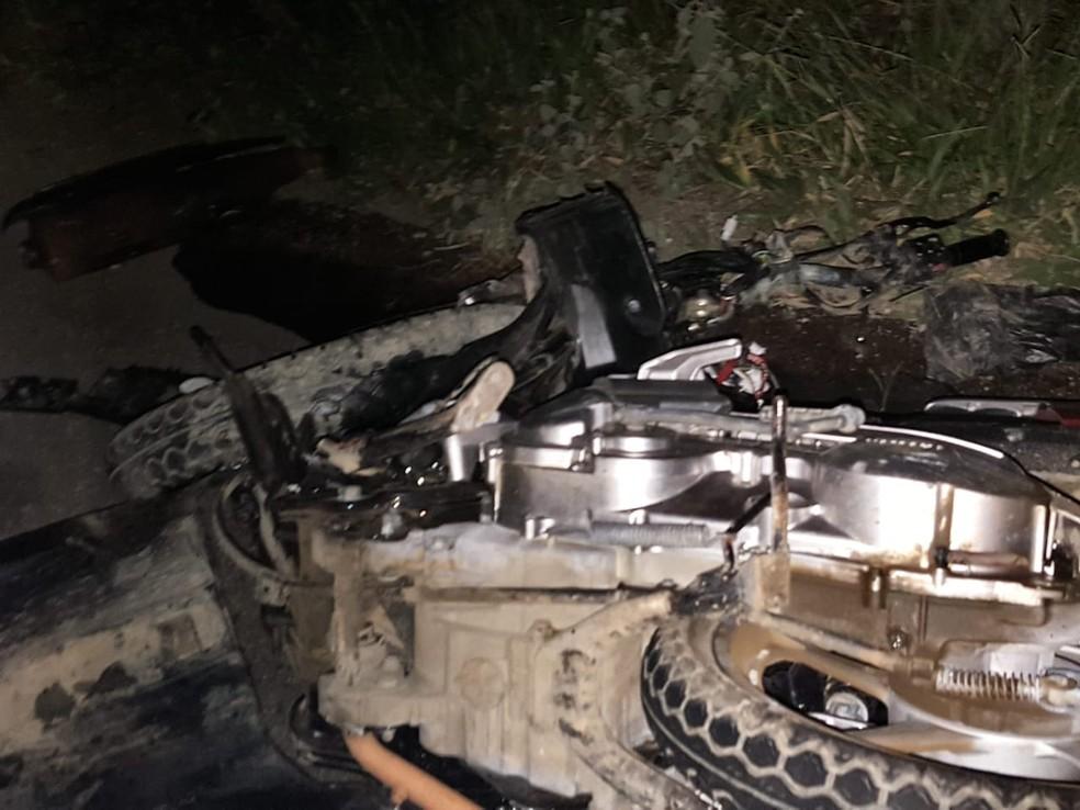 Duas pessoas morreram após batida entre moto e van no sudoeste da Bahia — Foto: Blog Jorge Amorim
