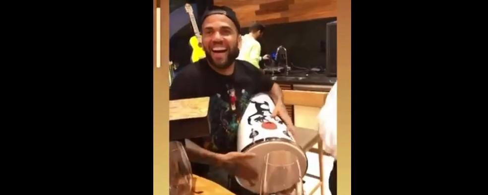 Daniel Alves posta vídeo tocando instrumento — Foto: Reprodução