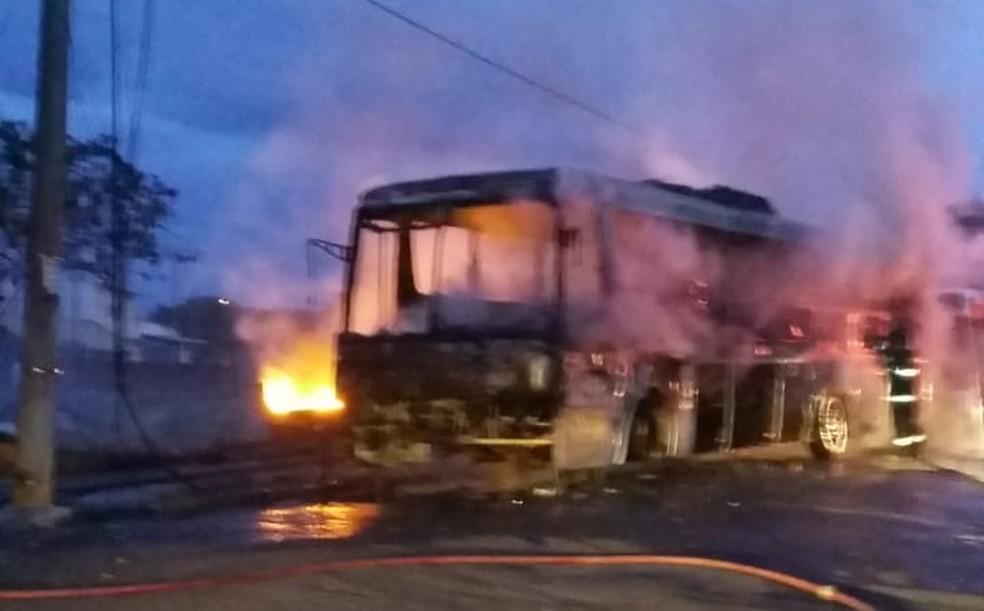 Veículo foi consumido pelas chamas no Jardim Nacional em Marília  — Foto: Djalma dos Santos Silva / Arquivo pessoal